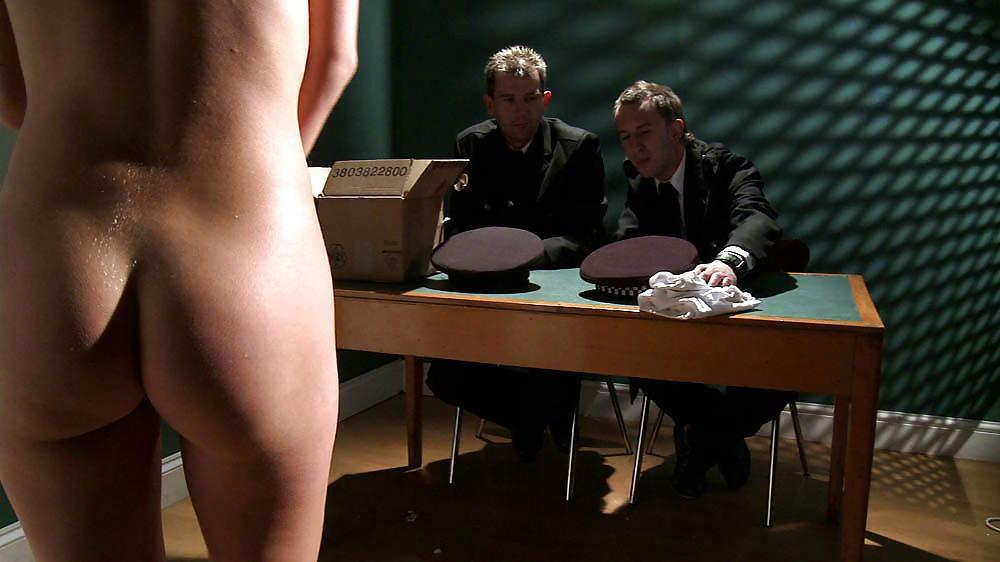 マンコの中まで隅々チェックされる過酷な女刑務所の光景をご覧下さい。(画像あり)・16枚目