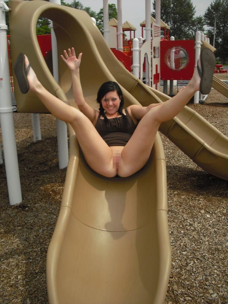 【通報不可避】真っ昼間から公園の遊具で遊ぶ・・・・・露出狂(画像24枚)・16枚目