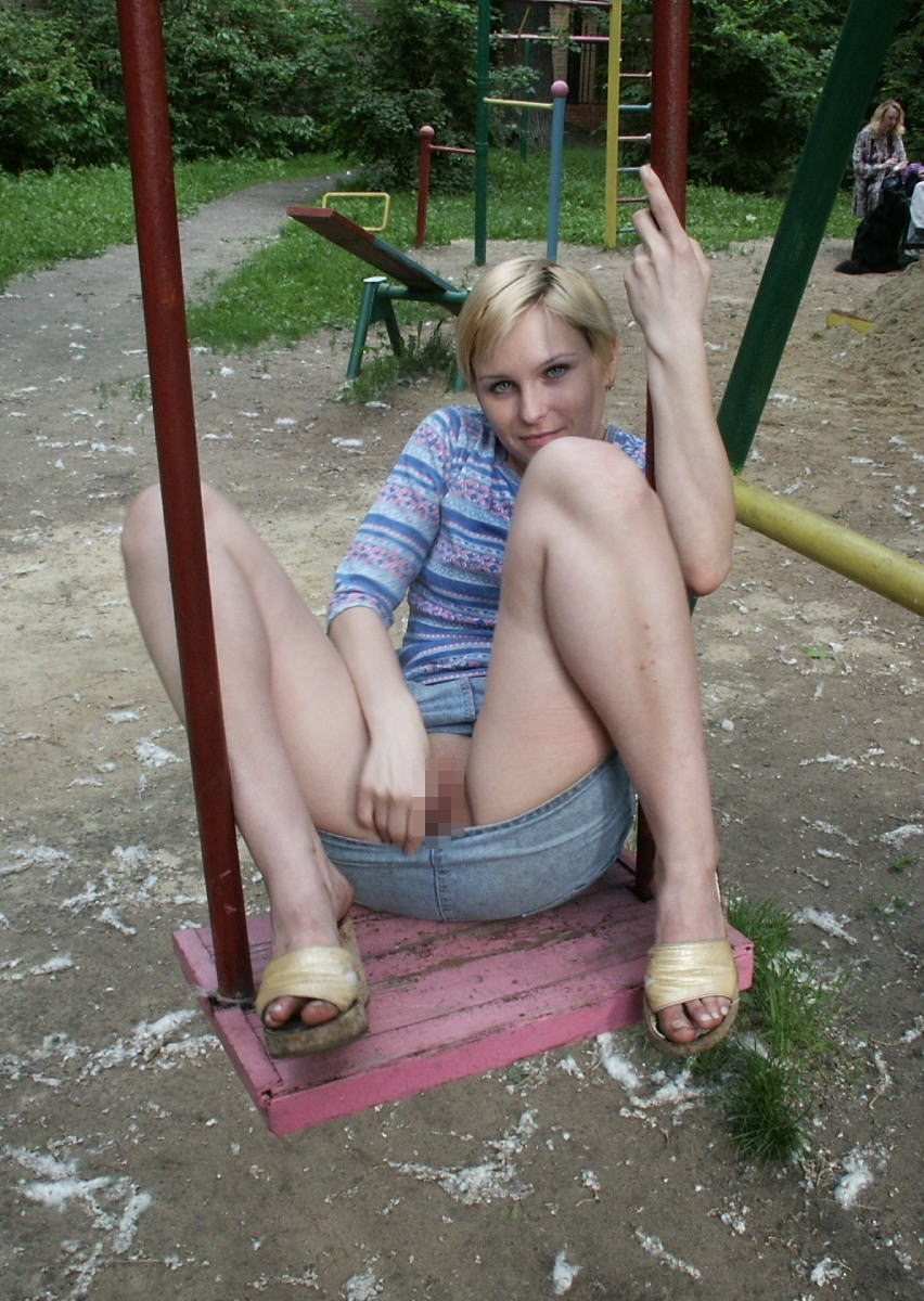 【通報不可避】真っ昼間から公園の遊具で遊ぶ・・・・・露出狂(画像24枚)・17枚目