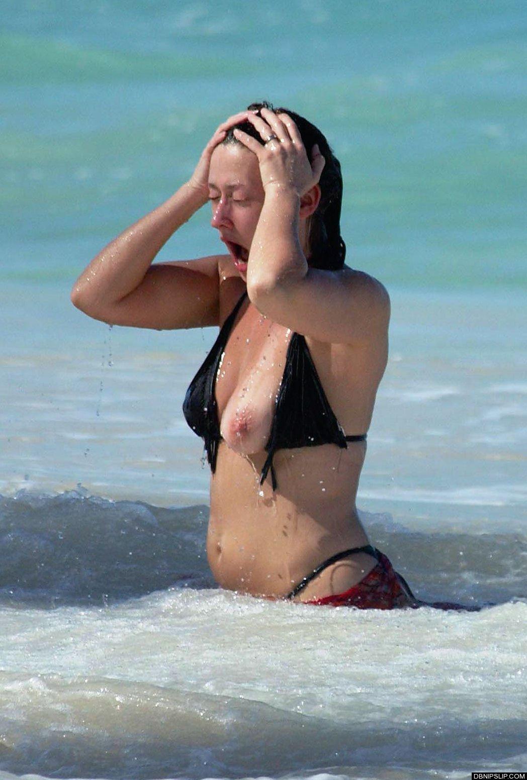 夏の海やプールでのポロリ率って異常じゃね?wwwwwwwwwwwww(画像35枚)・17枚目