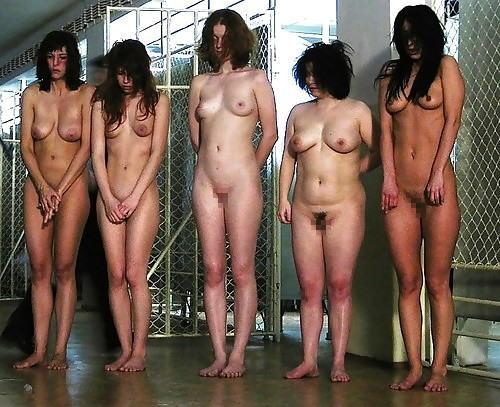 マンコの中まで隅々チェックされる過酷な女刑務所の光景をご覧下さい。(画像あり)・20枚目