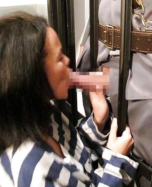 マンコの中まで隅々チェックされる過酷な女刑務所の光景をご覧下さい。(画像あり)・21枚目