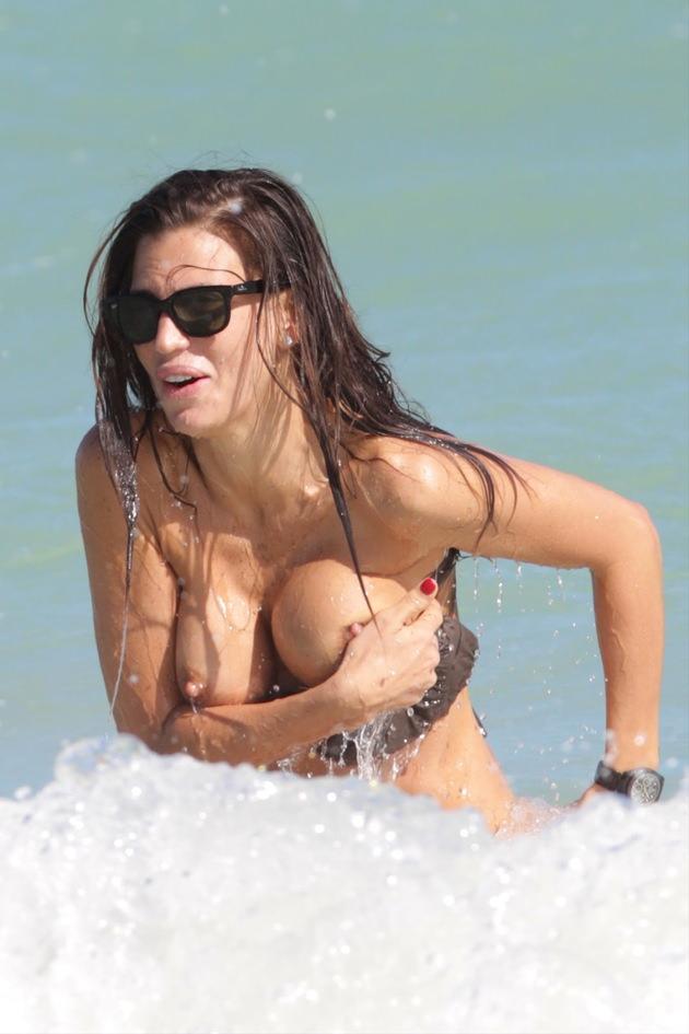 夏の海やプールでのポロリ率って異常じゃね?wwwwwwwwwwwww(画像35枚)・26枚目