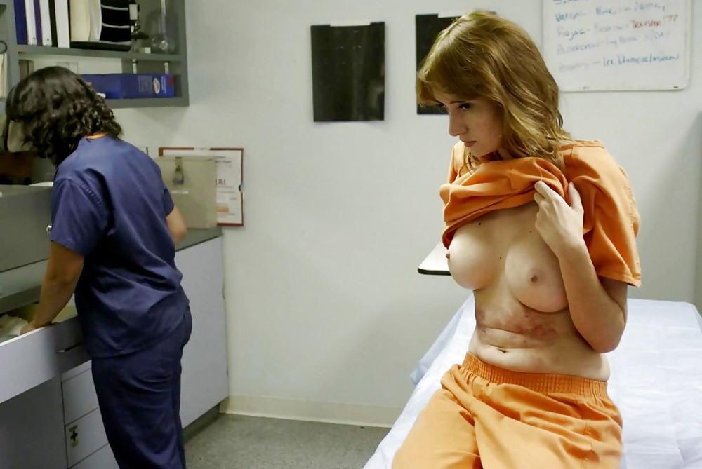 マンコの中まで隅々チェックされる過酷な女刑務所の光景をご覧下さい。(画像あり)・33枚目