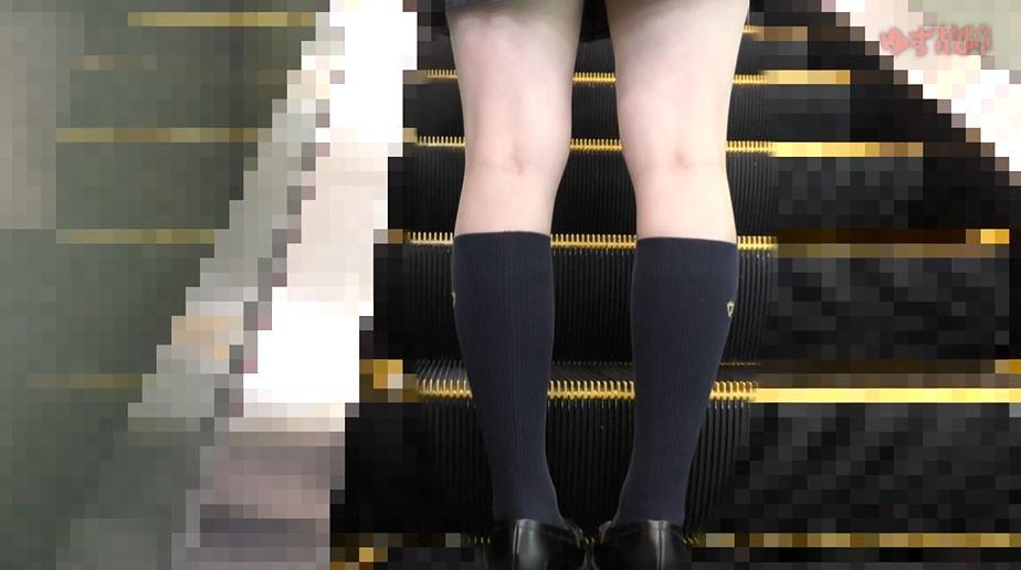 【※ガチ痴漢】電車でマジで痴漢してる盗撮映像って見た事ある??これはヤバいwwww・1枚目