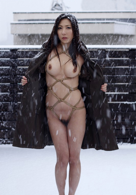 コートを着た露出狂女、何も穿いてないお股をおっ広げる・・・(29枚)・18枚目