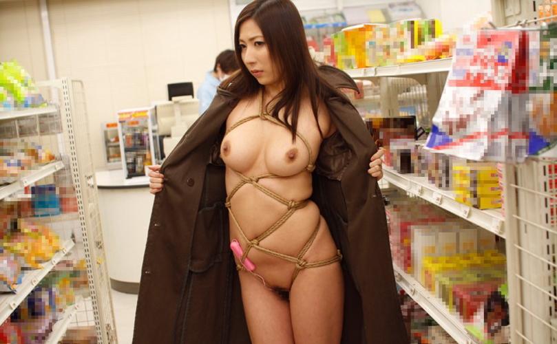 コートを着た露出狂女、何も穿いてないお股をおっ広げる・・・(29枚)・2枚目