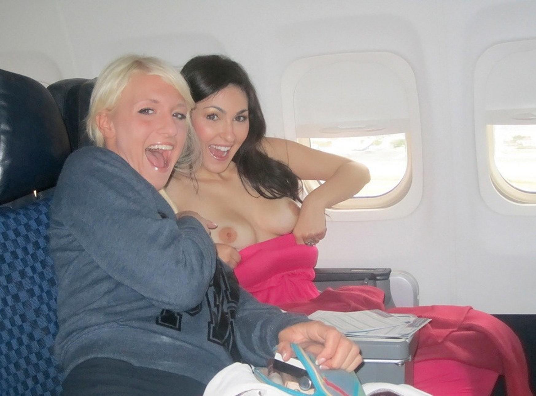 飛行機内で露出する変態外国人エロ画像・2枚目