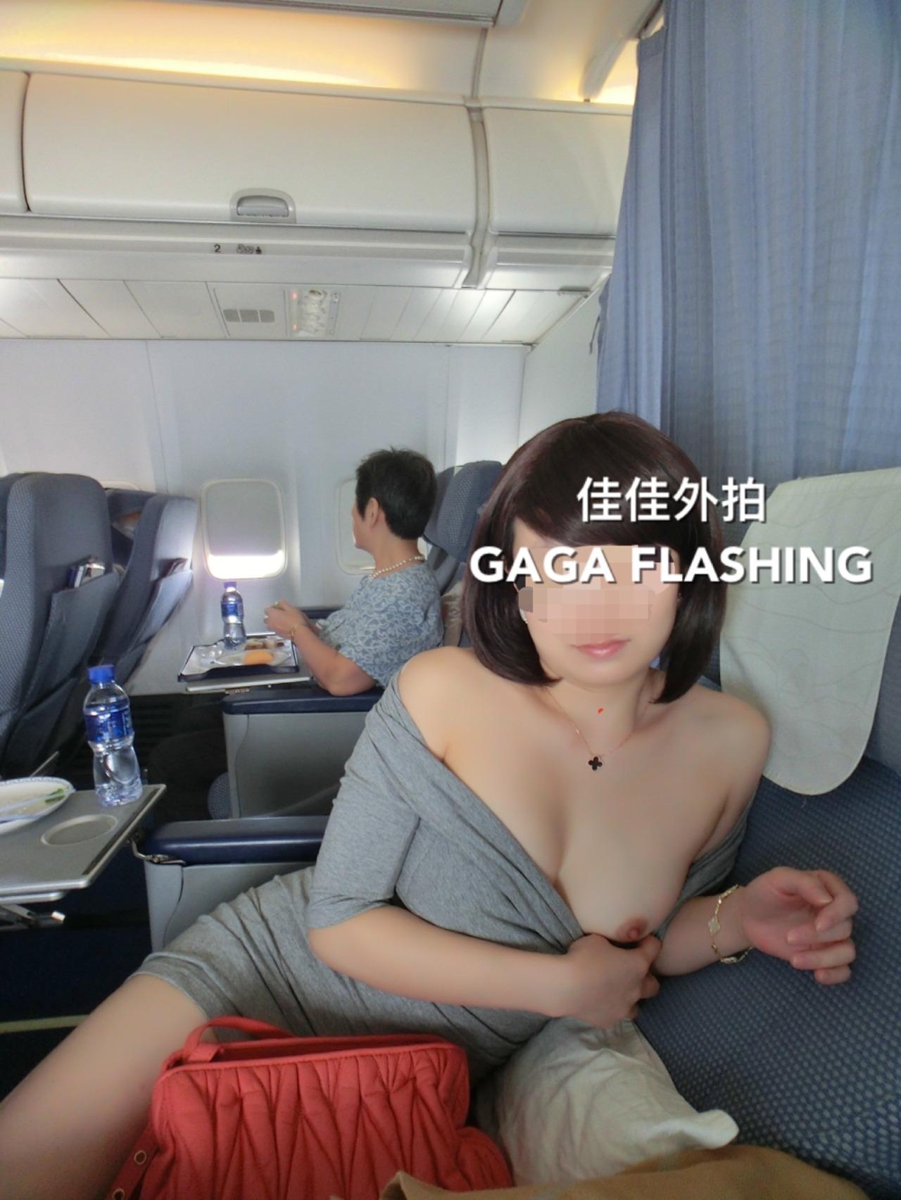 飛行機内で露出する変態外国人エロ画像・26枚目