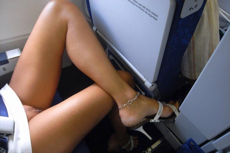 飛行機内で露出する変態外国人エロ画像・28枚目