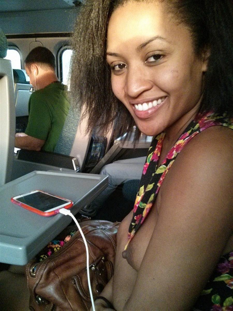 飛行機内で露出する変態外国人エロ画像・3枚目