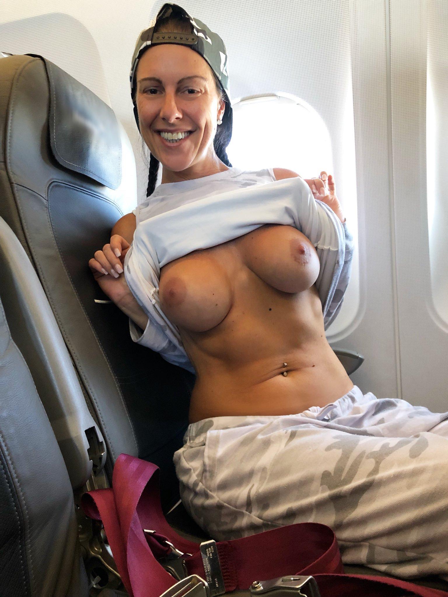 飛行機内で露出する変態外国人エロ画像・30枚目