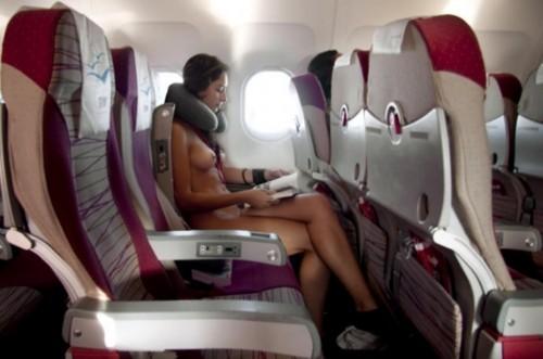 飛行機内で露出する変態外国人エロ画像・32枚目