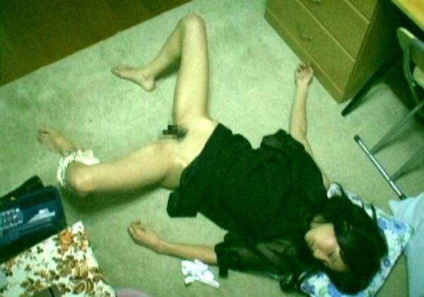 【悲報】泥酔しそのまま寝てしまった女たちの末路・・・・・・・・・・・・・・(画像15枚)・4枚目