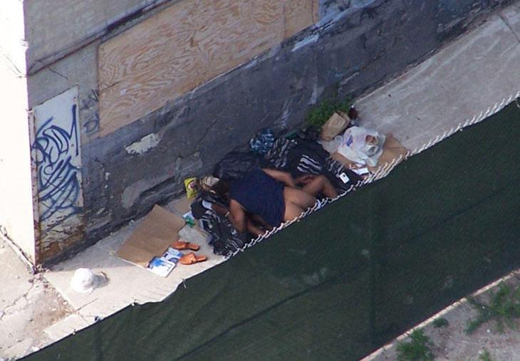 【悲劇】ホームレスさん、路上で堂々と性の捌け口にされる。(画像あり)・1枚目