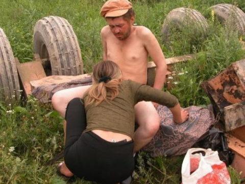 【悲劇】ホームレスさん、路上で堂々と性の捌け口にされる。(画像あり)・17枚目