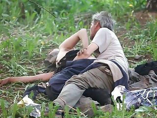 【悲劇】ホームレスさん、路上で堂々と性の捌け口にされる。(画像あり)・18枚目