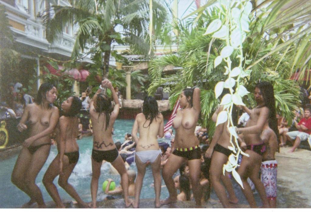 夏に異常発生する公共のプールでSEXしたバカップルが撮影される。(画像あり)・1枚目