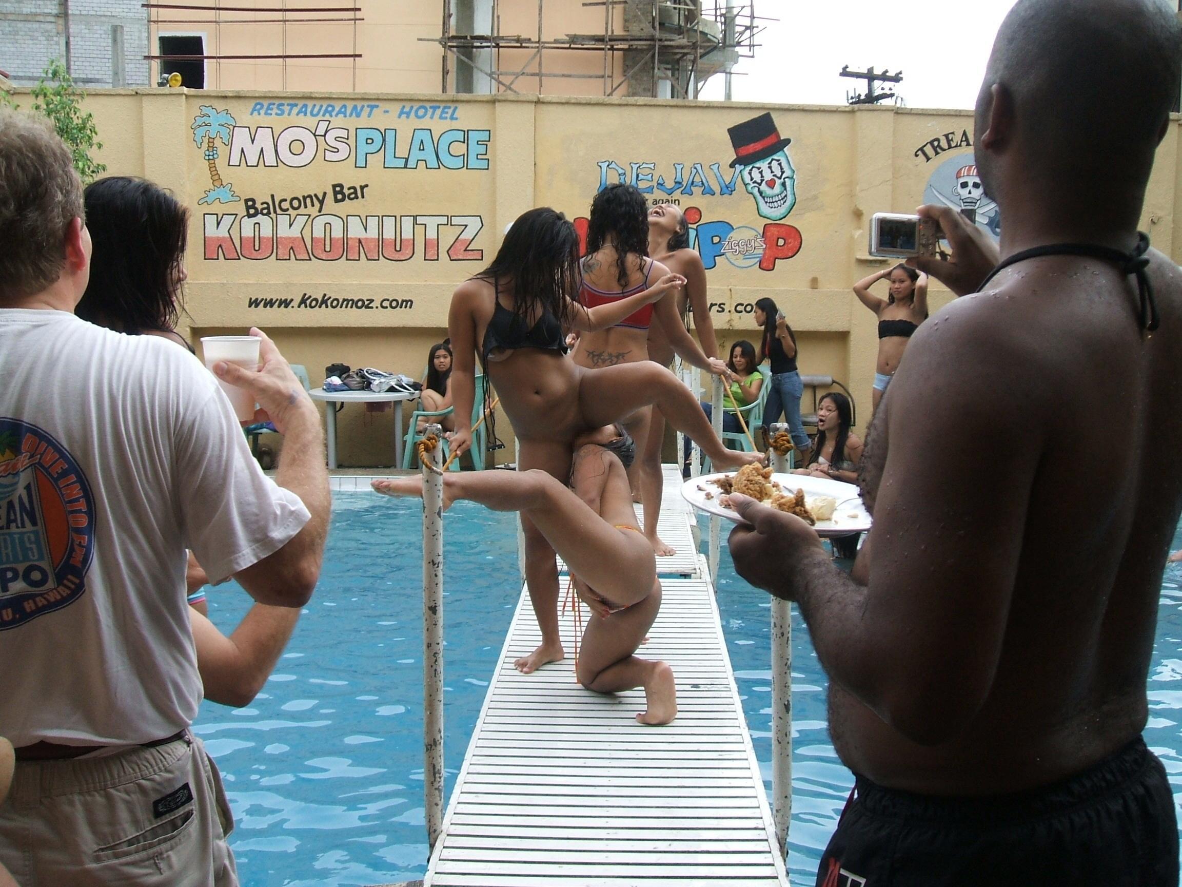 夏に異常発生する公共のプールでSEXしたバカップルが撮影される。(画像あり)・10枚目