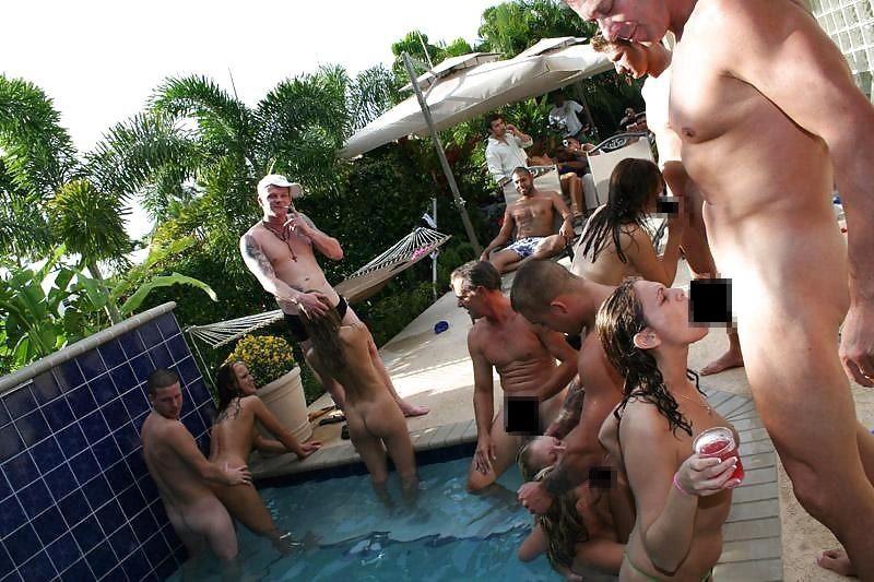 夏に異常発生する公共のプールでSEXしたバカップルが撮影される。(画像あり)・12枚目