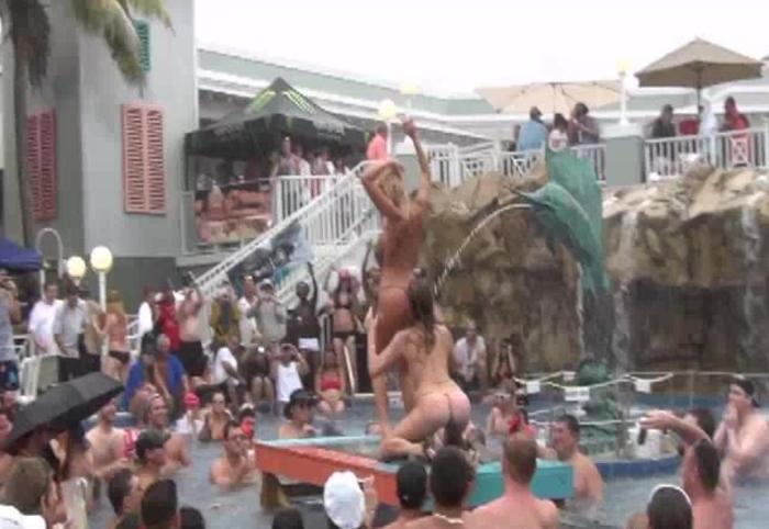 夏に異常発生する公共のプールでSEXしたバカップルが撮影される。(画像あり)・14枚目