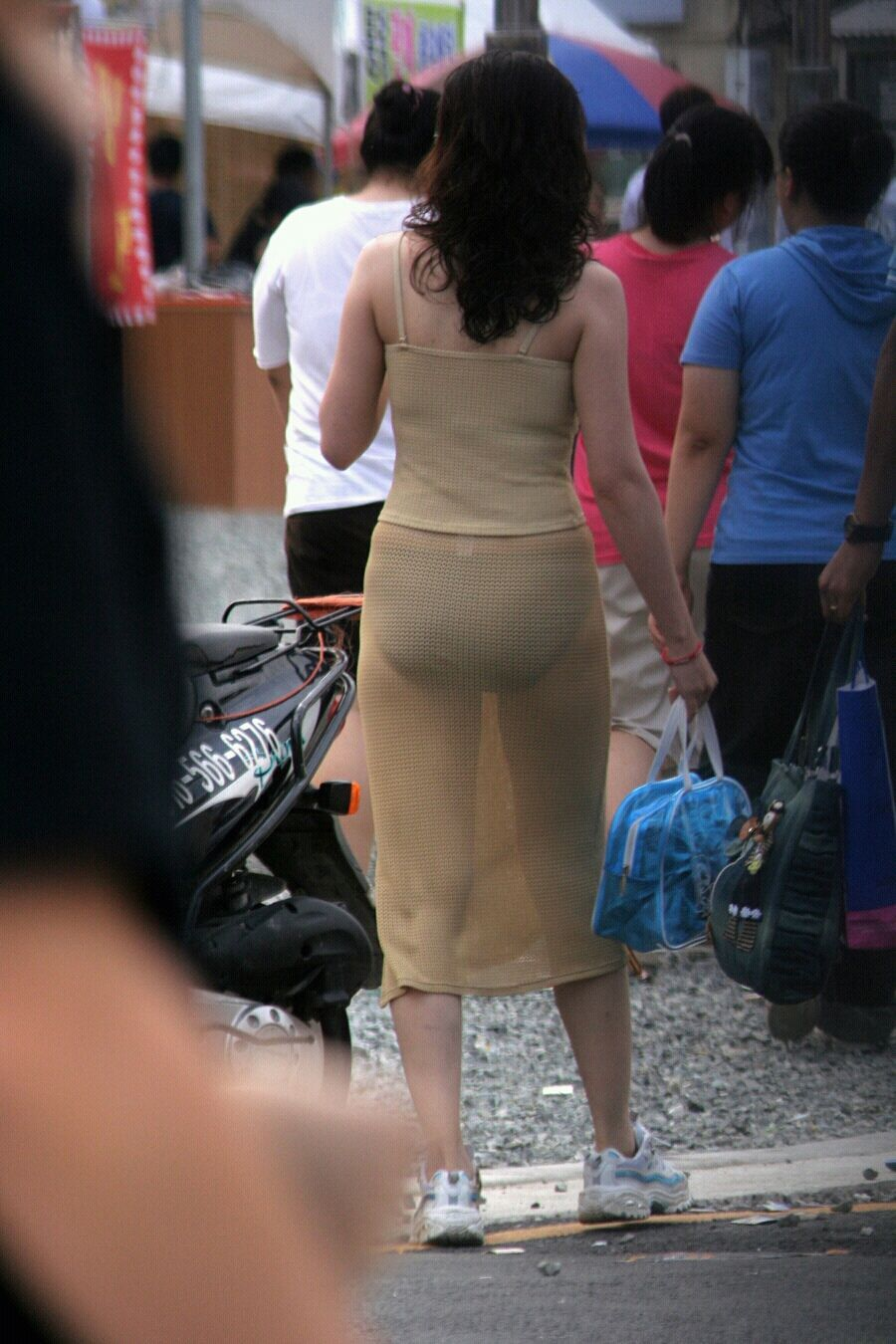 街中を歩くミニスカ韓国女子、意外とイイ尻してますわ(画像37枚)・2枚目