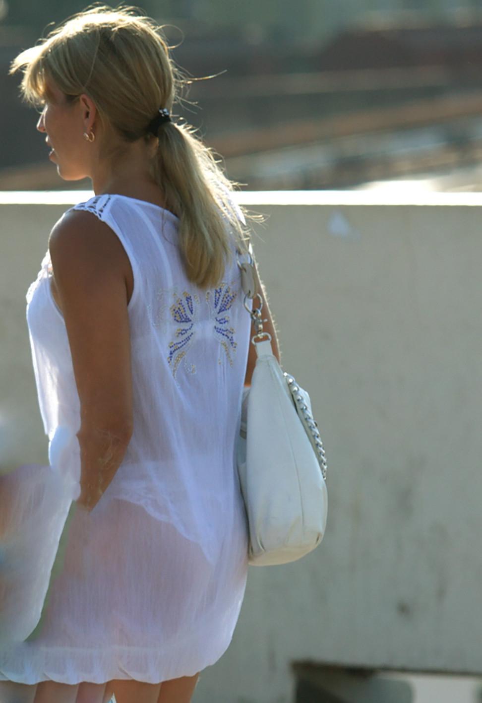 夏になると街中で見かける透けファッション、さすがに過激すぎるwwwww(画像あり)・34枚目