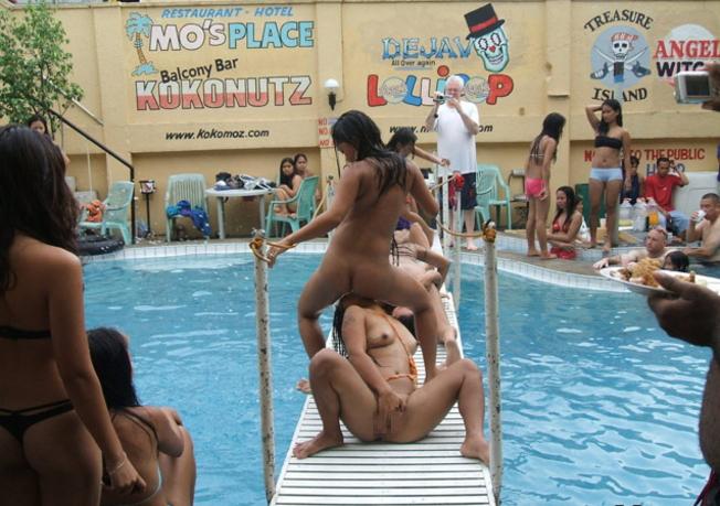 夏に異常発生する公共のプールでSEXしたバカップルが撮影される。(画像あり)・6枚目