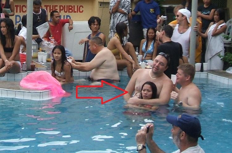 夏に異常発生する公共のプールでSEXしたバカップルが撮影される。(画像あり)・7枚目