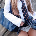 【保存推奨】自らスカートを捲り上げる女子●生の画像集。 35枚