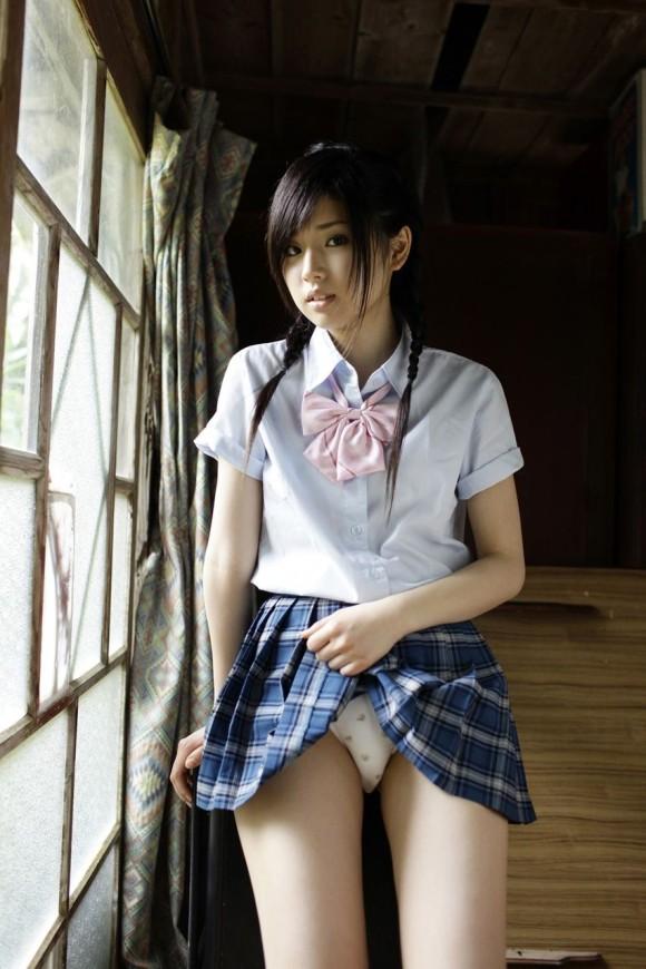 【保存推奨】自らスカートを捲り上げる女子●生の画像集。 35枚・2枚目