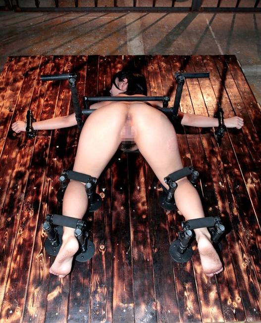 【※画像あり】両足固定されて責め続けられたまんさん、、、壊れるwwwwww・24枚目