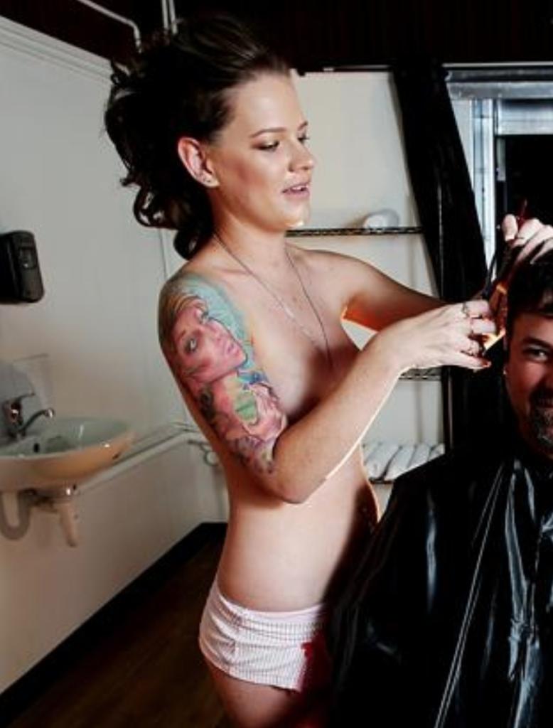 ほぼ裸で散髪してくれるエロ美容室 海外エロ画像・1枚目
