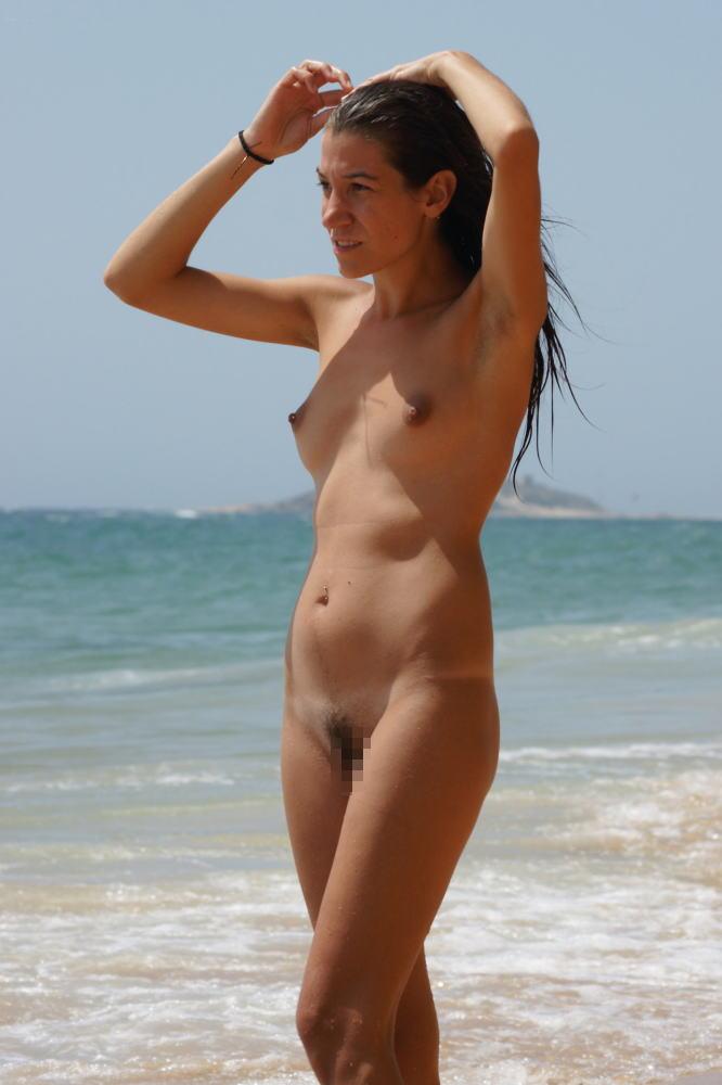 ヌーディストビーチでちっぱい女子の撮影に成功するwwwwwwww(画像あり)・10枚目