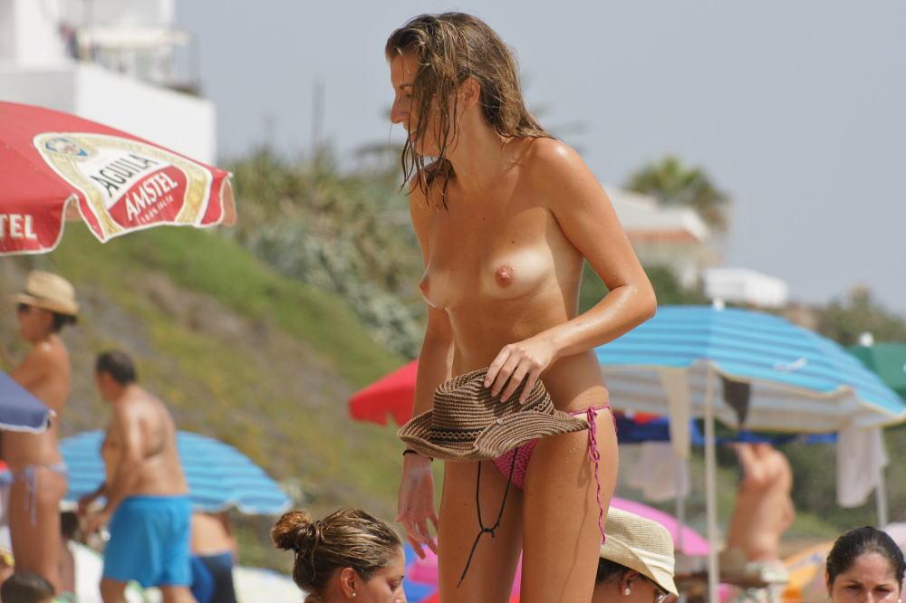 ヌーディストビーチでちっぱい女子の撮影に成功するwwwwwwww(画像あり)・12枚目