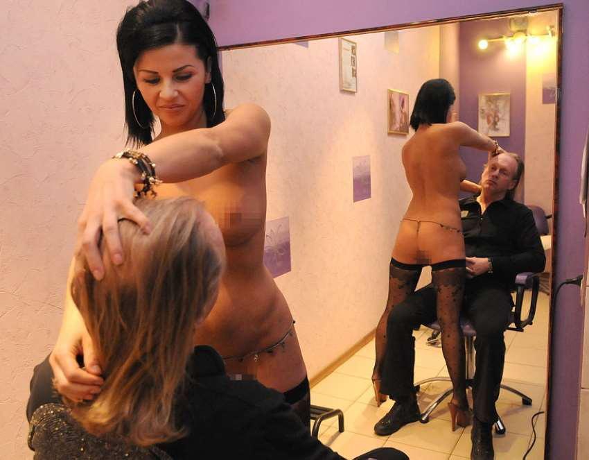 ほぼ裸で散髪してくれるエロ美容室 海外エロ画像・14枚目