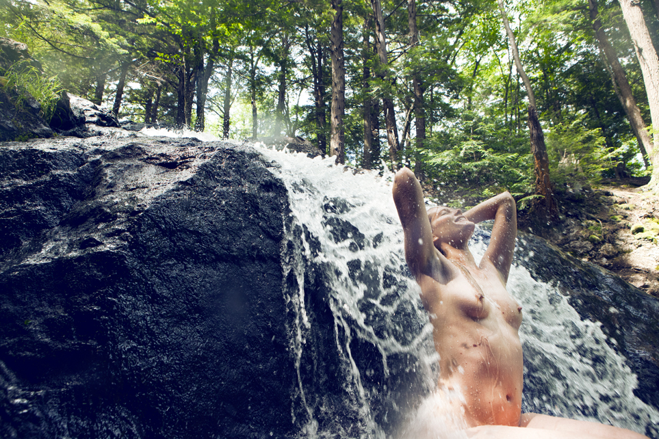 間違った信念で滝行を頑張る外人女子のエロ画像集(20枚)・18枚目