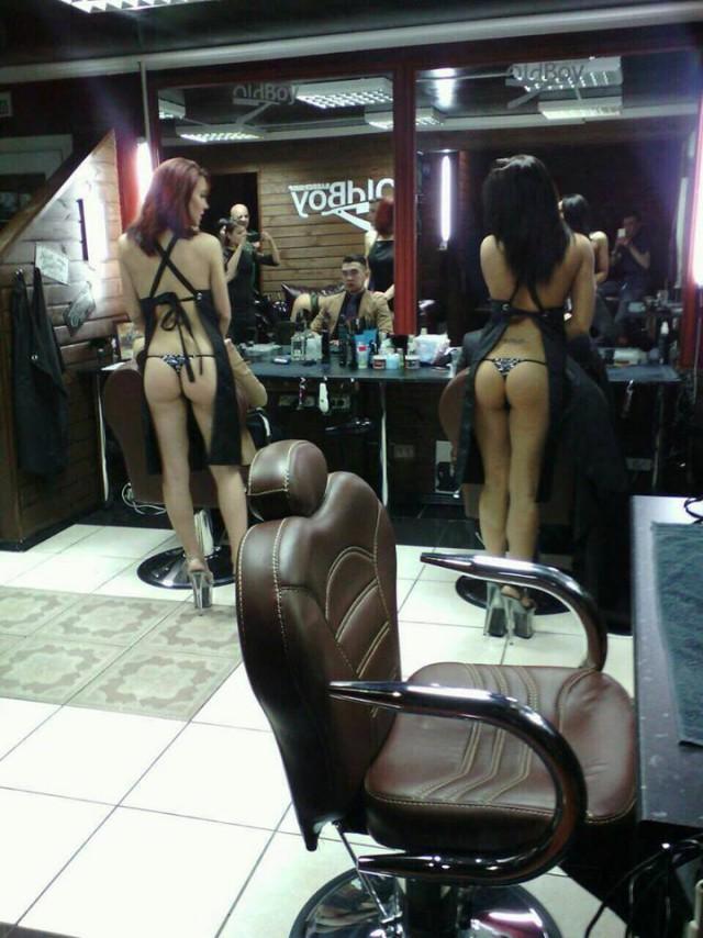 ほぼ裸で散髪してくれるエロ美容室 海外エロ画像・2枚目