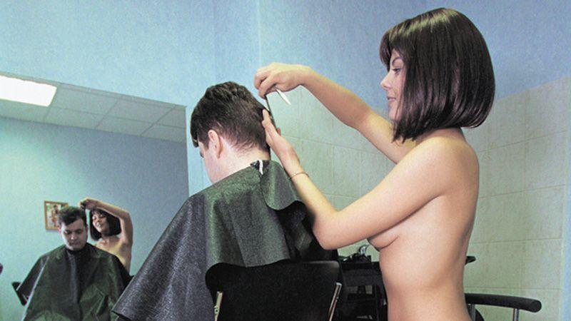 ほぼ裸で散髪してくれるエロ美容室 海外エロ画像・20枚目