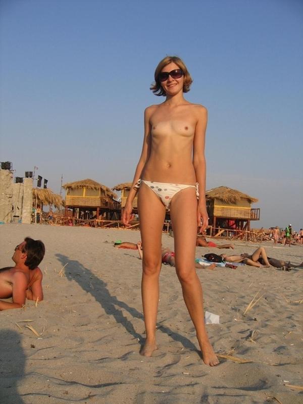 ヌーディストビーチでちっぱい女子の撮影に成功するwwwwwwww(画像あり)・3枚目