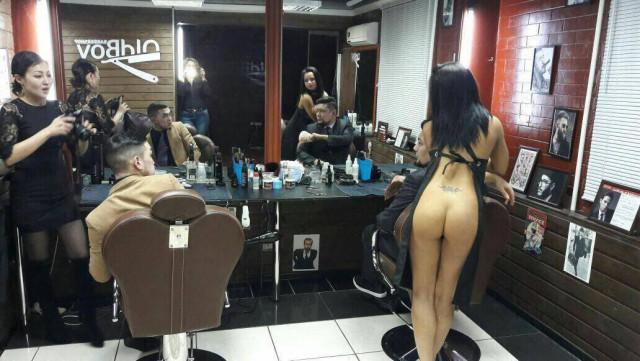 ほぼ裸で散髪してくれるエロ美容室 海外エロ画像・3枚目