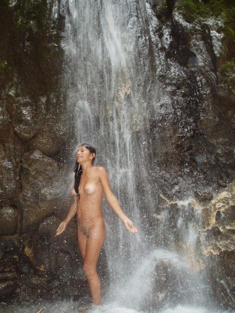 間違った信念で滝行を頑張る外人女子のエロ画像集(20枚)・8枚目