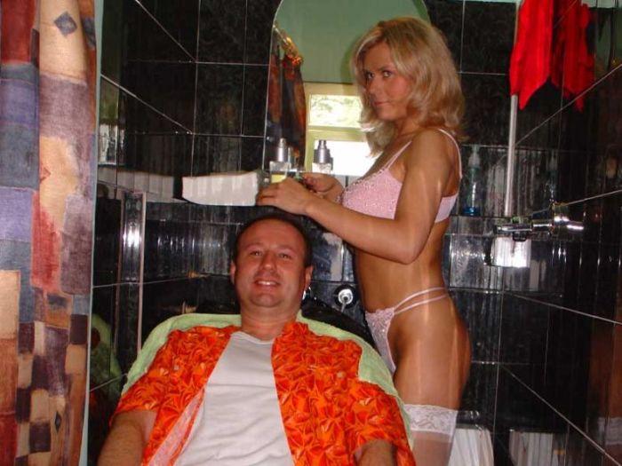 ほぼ裸で散髪してくれるエロ美容室 海外エロ画像・9枚目