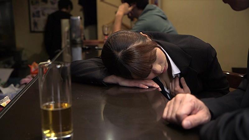 乳丸出しで寝てる泥酔女子を激写したったwwwwwwww(画像17枚)・15枚目