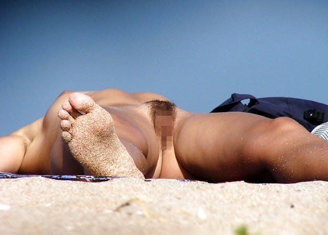 ヌーディストビーチでマンコを見せつける女の即ハボ女の画像まとめwwww(29枚)・17枚目