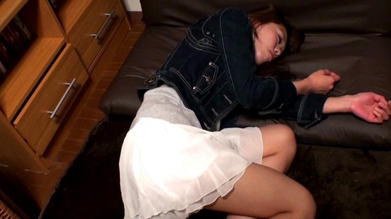 乳丸出しで寝てる泥酔女子を激写したったwwwwwwww(画像17枚)・3枚目