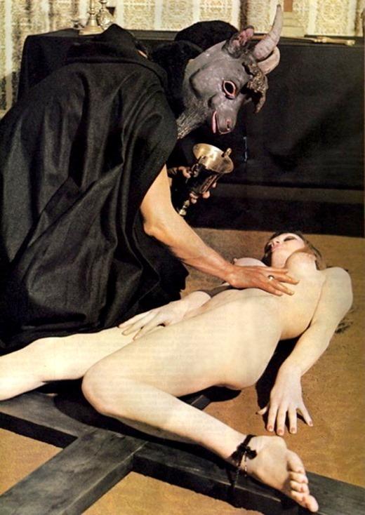 女を生贄にする海外のエロい儀式。(画像34枚)・34枚目