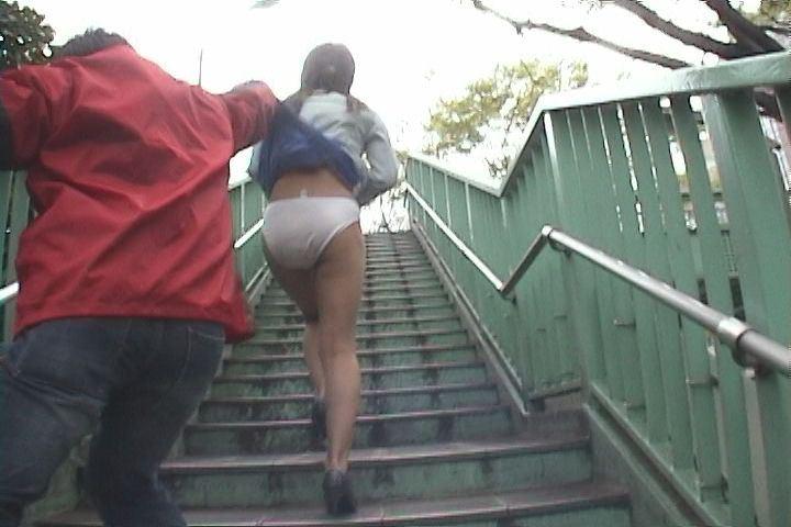 スカートをめくられてTバックが丸出しになった女の子(画像あり)・12枚目