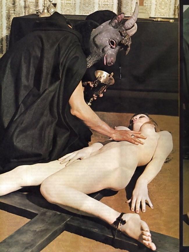 「人身御供」とかいう儀式画像、ガチ杉て怖い。(画像あり)・8枚目