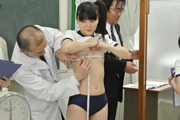 バストサイズ測定中の保健室覗いたったwwwwwwwwwww(画像あり)・16枚目